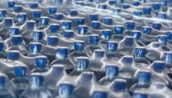 un sacco di bottiglie di plastica