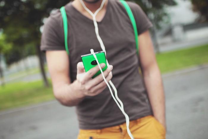 Ragazzo smartphone cuffie