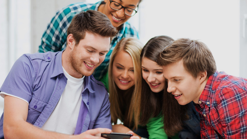 kids-teenagers-mobile-smartphone-ss-1920