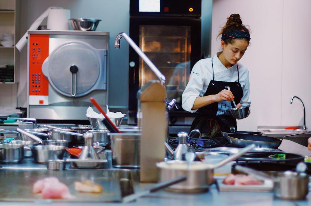chef che lavora in una dark kitchen, prestando attenzione alla velocità dell'esecuzione dei piatti