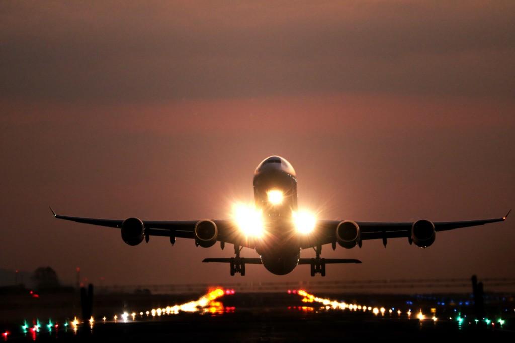 landing-airplane-unsplash